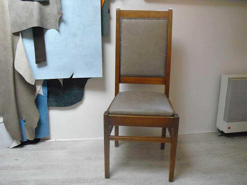 Gespijkerde stoel met vintage leer leeratelier annelies for Stoel leer