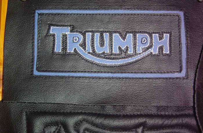 Logo Triumph in 2 kleuren leer