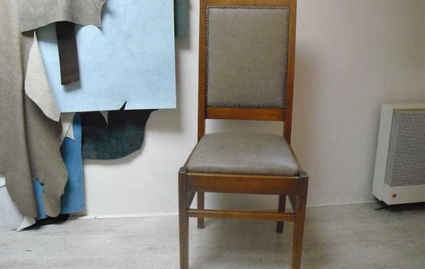Gespijkerde stoel met Vintage leer